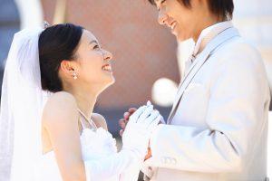 結婚式で幸せな2人