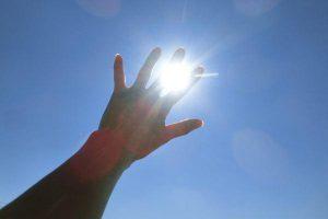 空に手をかざす