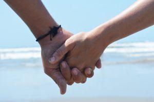 手をつなぐ婚活カップル